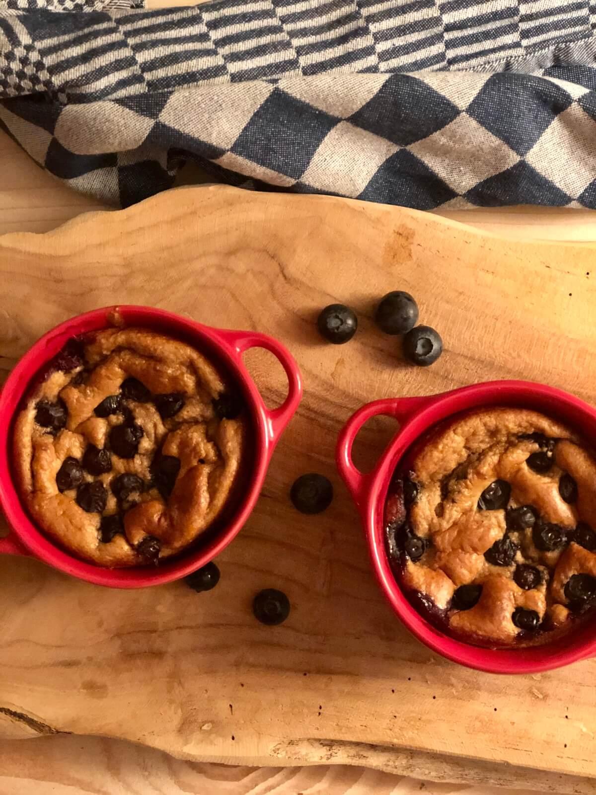 Ontbijttaartje met blauwe bessen, banaan en yoghurt
